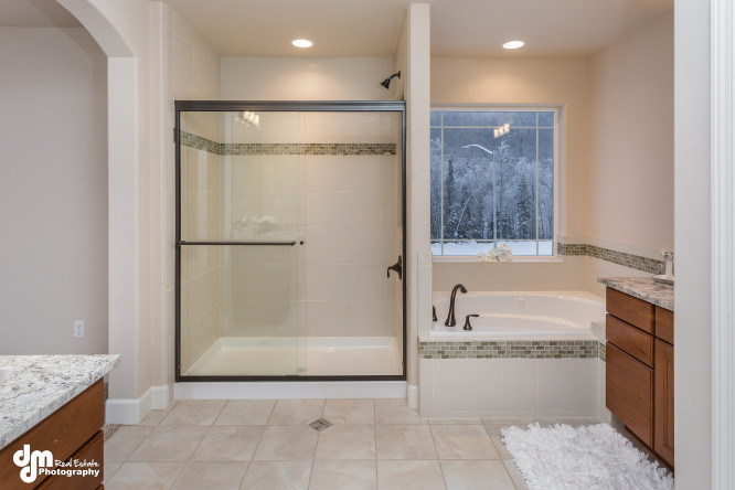 John-Hagmeier-Homes-Dahlia-print-022-Master-Bath-4200x2800-300dpi-e1453368097743